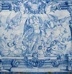 Painel de azulejos de composição figurativa, monocromático azul, com doze por dezassete azulejos que representa São Miguel e as Almas do Purgatório. A composição apresenta São Miguel de pé, vestido de guerreiro, com a balança na mão esquerda e a cruz na mão direita. Em seu redor estão representadas figuras masculinas e femininas, a meio corpo, algumas em oração. No segundo plano, de ambos os lados, observam-se dois casais que se dirigem para os anjos. O enquadramento é feito por pilastras…