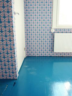 Pihlgren & Ritola wallpaper with blue floor. Blue Floor, Wall Colors, Colours, Compact Living, Plank Flooring, Retro Home, Designer Wallpaper, Old Houses, Home Furniture