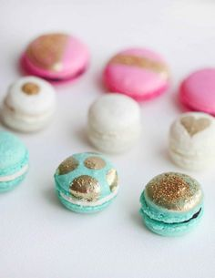 Love #edibleglitter? Here are 15 ways to present it, like these delectable gold decorated macarons.