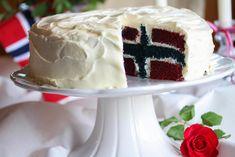 Det nærmer seg 17. mai, og du vurderer kanskje hvilke kaker du skal bake i år? Her skal du få tips om den ultimate 17. mai-kaken!     Utenpå er kaken helt hvit, og fasaden avslører ikke noe om hva som skjuler seg på innsiden. Overraskelsen blir derfor stor når man skjærer opp kaken og det åpenbarer seg et norsk flagg på innsiden! Ja, hvert eneste kakestykke blir som et norsk flagg!     Oppskriften er basert på en amerikansk «Red Velvet»-kake, som lages i både rød og blå farge, og som fylles…