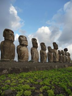 Behold the statues of the Easter Island, Chile. In the southeastern Pacific Ocean, at the southeasternmost point of the Polynesian Triangle. Easter Island has 887 of these extant monumental statues, created by the early Rapa Nui people. Oh The Places You'll Go, Places To Travel, Places To Visit, Machu Picchu, Islands In The Pacific, Pacific Ocean, Argentine, Easter Island, All Nature