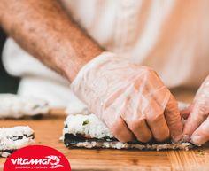 #SabíasQue El sushi es un alimento que nace en Japón como un deseo de preservar el pescado mediante el moho que surge del arroz. Posteriormente se abandonó la costumbre de conservación en China y se trasladó a Japón donde evolucionó y se popularizó hasta el plato, y la preparación, que conocemos hoy en día.