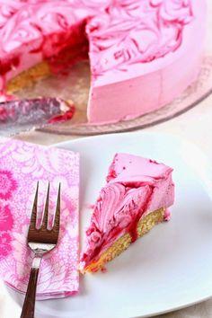 Puolukka-valkosuklaa-juustokakku - Suklaapossu Christmas Treats, Cheesecakes, Beautiful Cakes, No Bake Cake, Recipies, Food And Drink, Fish, Baking, Tableware