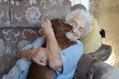 Dachshund puppy befriends 95-year-old woman with Alzheimer's disease