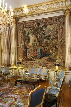 Gilded room tapestry with Louis XV furniture suite.
