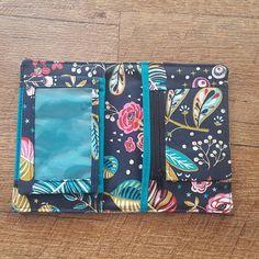 Portefeuille Compère en simili et coton bleu fleuri cousu par Johanna - Patron Sacôtin