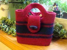 Felted purse pattern--have basic pattern Felt Purse, Diy Purse, Tote Purse, Crochet Handbags, Crochet Purses, Crochet Bags, Crochet Pouch, Knitted Bags, Felted Bags