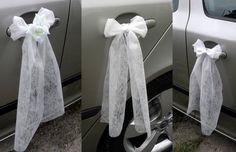 Svatební+mašličky+na+kliky+aut+Nové,+nepoužité+zdobení+na+kliku+auta+pro+nevěstu+i+ženicha!+Mašlička+na+kliku+(prostřední+obrázek+koláže)+je+opatřena+stuhou+k+uchycení+za+kliku+(pokud+máte+na+autě+jiný+typ+kliky,+a+byla+by+potřeba+přísavka+k+umístění+na+dveře+-+je+možné+za+příplatek+10,-/ks+našít,+tuto+skutečnost+uveďte+při+nákupu).+Velikost:+délka+cca+40cm+...