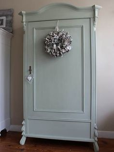 Kast geverfd in Amazona krijtverf Evergreen, door Country & Cottons in Castricum Painted Furniture For Sale, Diy Furniture Easy, Old Furniture, Shabby Chic Furniture, Furniture Makeover, Pintura Patina, Shabby Chic Wardrobe, Wall Of Sound, Antique Armoire