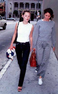 Nadire Atas on Minimalist Elegant Fashion Kate Moss and Christy Turlington, Los Angeles, mid (ph: Peter Borsari) Top Models, Five Jeans, Moss Fashion, Kate Moss Style, Lauren Hutton, Christy Turlington, Business Outfit, Vintage Mode, Models Off Duty