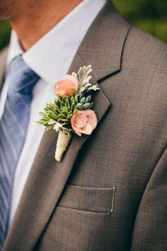 Te traemos 32 ideas de boutonnieres para inspirarte y un paso a paso para hacer un boutonniere para tu novio y padrinos de boda.