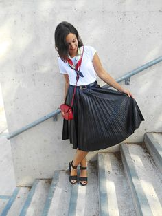 blogger, fashion, plisee skirt, black, leather, scarf, red bag, autumn, look, outfit, fall, girl, belt, white shirt