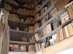 Cage d'escalier aménagée en bibliothèque