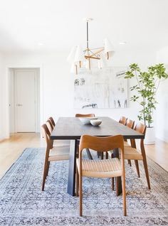 Get inspired by these dining room decor ideas! From dining room furniture ideas, dining room lighting inspirations and the best dining room decor inspirations, you'll find everything here! Mid Century Modern Living Room, Mid Century House, Living Room Modern, Dining Room Lighting, Dining Room Chairs, Dining Rooms, Dining Tables, Dining Area, Round Tables