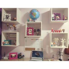 Canto favorito  #bedroom #mybedroom #meuquarto #office #desktop #cantinho #funkopop #collection #colecao #photos #decoracao #decoration #nichos #escrivaninha #room #funkosgiolie #colecfunkopopbr