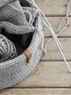 A shopping network is not only practical, it can also look really good! Knitting Stitches, Free Knitting, Knitting Patterns, Crochet Patterns, Diy Crochet Basket, Crochet Diy, Knit Basket, Sport Weight Yarn, Pineapple Pattern
