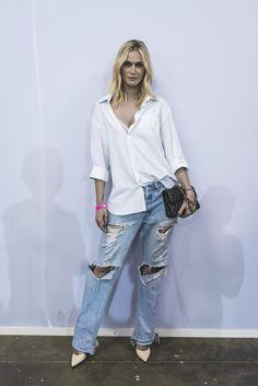 """O shape amplo do jeans e da camisa da Vivi Orth dão o recado fashion do look que poderia ser apenas básico! Destaque ainda para o scarpin branco e o sutiã aparecendo """"de leve""""!"""