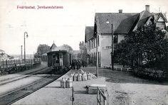 Fredrikstad jernbanestation Østfold fylke - tog folk og gods på perrongen stp 1910 Foto: Andreas N. Fuglesang