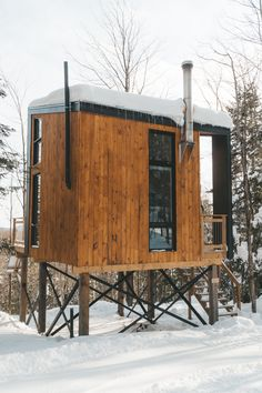 Lao cabins are stylized for the modern outdoor adventurer offering everything you could need in a short getaway - ecofriendly, minimalist, surrounded by the sights and sounds of nature - cozy and beautiful Tiny House Cabin, Tiny House Design, Cabana, Contemporary Cabin, Cabin In The Woods, Cozy Cabin, Modern Cabins, Small Modern Cabin, Beautiful