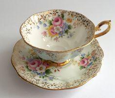 Šálek na čaj * bílý porcelán s ručně malovanými květy, zlatě zdobený.