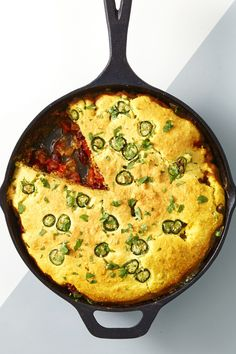 Chili Pie with Cornbread Crust - No need to make cornbread and chili — in a cast iron skillet, with this dinner recipe, you can make both at once, pie-style Chili And Cornbread, Skillet Cornbread, Iron Skillet Recipes, Skillet Meals, Chili Recipes, Mexican Food Recipes, Chocolates, Fall Dinner Recipes, Dinner Ideas