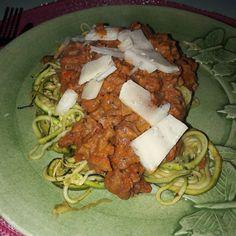 En lyxig köttfärssås med gräsbeteskött och zucchinipasta till det  by valjhalsa