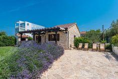horvát tengerparti vendégház, kert design Pergola, Mansions, House Styles, Modern, Home Decor, Houses, Rural House, Mansion Houses, Decoration Home