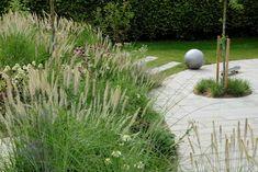 Moderne kubeformet hus i to plan med lille have og stor sammenhængende paletformet terrasse.