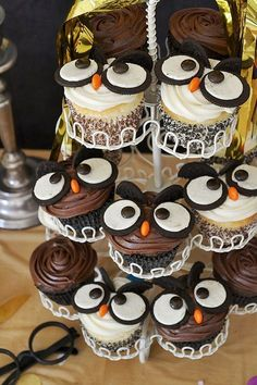 The Best Harry Potter Birthday Party Ideas Owl Cupcakes. Owl part… The Best Harry Potter Birthday Party Ideas Owl Cupcakes. Creative Harry Potter birthday party ideas for the best wizarding party. Baby Harry Potter, Harry Potter Baby Shower, Harry Potter Snacks, Harry Potter Motto Party, Gateau Harry Potter, Harry Potter Fiesta, Harry Potter Cupcakes, Harry Potter Theme Food, Harry Potter Themed Party