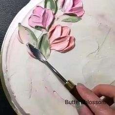 🍃🌸I have been looking for someone who creates flowers with a pallet knife similar to the amazing work of and I have… Cake Decorating Techniques, Cake Decorating Tutorials, Cookie Decorating, Decorating Supplies, Decorating Ideas, Flores Buttercream, Buttercream Cake, Buttercream Ideas, Pretty Cakes