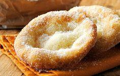 Συστατικά:    250 γραμμάρια αλεύρι  ένα φακελάκι μπέικιν πάουντερ  2 κουταλάκια του γλυκού ζάχαρη  1 κουταλάκι του γλυκού ελαιόλαδο  Μια πρέζα αλάτι  Ζάχαρη για πασπάλισμα  Λάδι τηγανίσματος    Εκτέλεση:    Σε ένα μπολ ρίχνουμε το αλεύρι, τη ζάχαρη, το μπέικιν πάουντερ και το αλάτι. Τα ανακατεύουμε προσθέτοντας Greek Sweets, Greek Desserts, Greek Recipes, Breakfast Snacks, Breakfast Recipes, Dessert Recipes, Greek Cake, Chocolates, Donuts