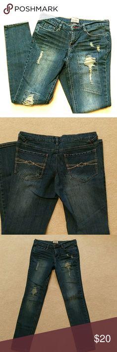 🌸HOST PICK🌸 Mudd like new skinny jeans Mudd destressed like new skinny jeans. Inseam approx 29-1/2 inches. Super cute! Mudd Jeans Skinny