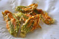 Una versione dei classici fiori di zucca ripieni con prosciutto e mozzarella: una ricetta filante e sfiziosa per guastarli in modo semplice ma originale.