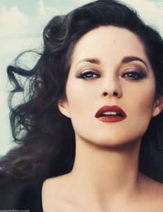 Marion Cotillard has become one of the most versatile actors in the contemporary films, with the ability to alternate flawlessly between French and English-language roles. She received Best Actress Os Marion Cotillard Style, Red Lip Makeup, Hair Makeup, Makeup Geek, Eye Makeup, Marion Cotilard, Divas, Best Actress Oscar, Perfect Red Lips