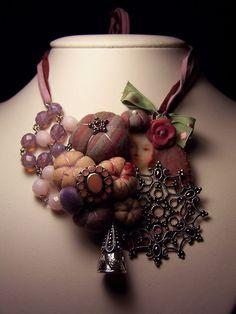 Collier style vintage en tissus / Necklace par lesbetisesdemailys, $120,00