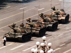Estudante enfrenta tanques de guerra em frente à praça da Paz Celestial, em 4 de junho de 1989; essa imagem entrou para a história da luta pela democracia e a liberdade na China.