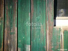 Holzfassade mit alter verblichener grüner Farbe und Fenster mit Riffelglas auf einem Bauernhof in Asemissen bei Bielefeld in Ostwestfalen-Lippe