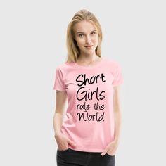 """""""Short Girls rule the World"""" - Coole Shirts und Geschenke für stolze kleine Frauen. #short #shortgirls #klein #mädchen #girls #frau #frauen #ruletheworld #power #cool #sprüche #fun #freundin #shirts #geschenke"""