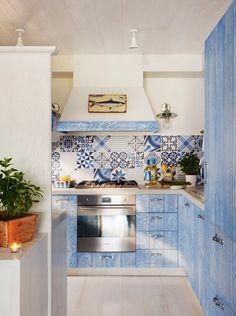 En la cocina Electrodomésticos de Smeg, faroles de Pardo de Palamós y encimera de mármol de Knowhaus.