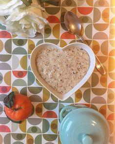 Aquele mingau tudo de bom pra começar o dia bombando!! Anota aí: ✏️ 200 ml de leite vegetal (se quiser fazer com o de 🐄 fique à vontade) ✏️ 2 colheres de sopa de aveia em flocos ✏️ 2 colheres de sopa de farelo de aveia ✏️ cravo 📍Daí deixa cozinhar por uns 5 min em fogo baixo, quando estiver macio acrescente: ✏️ 1 colher de sopa (bem cheia) de linhaça triturada ✏️ 1 colher de mel (ou fruta seca) pra adoçar.  Prontinho! Fácil, saudável, barato e sustenta!!