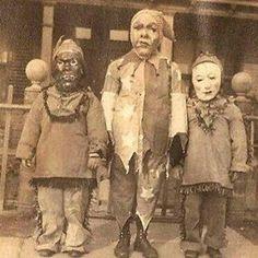 Niños disfrazados la Noche de Halloween en el año 1900 .