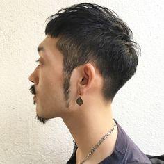 6mmで刈り上げて徐々に長く トップはニュアンス程度に立つ長さで 重ためで雰囲気のあるスタイルです。 Mens Fashion, Fashion Outfits, My Hair, Short Hair Styles, Hair Cuts, Hair Beauty, Hairstyle, Faces, Japan