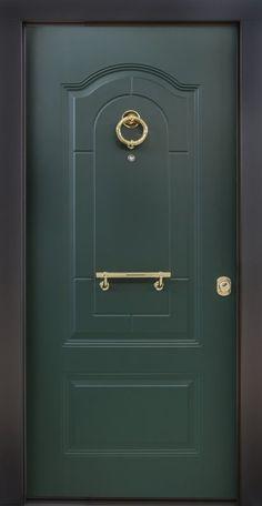 Porta blindata con pannello in alluminio bugnato Geo K tinto verde Grinz. Maniglione e battente finitura ottone lucido.
