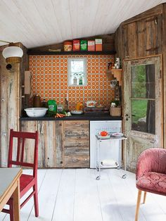 boho kitchen: orange tiles and rustic wood cabinets. Cottage Kitchen Backsplash, Boho Kitchen, Shabby Chic Kitchen, Rustic Kitchen, Kitchen Decor, Country Kitchen, Vintage Kitchen, Quirky Kitchen, Minimal Kitchen