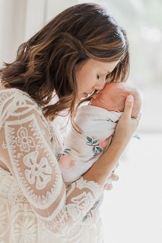 Newborn photography - mother and baby Foto Newborn, Newborn Poses, Newborn Session, Sibling Poses, Newborns, Lifestyle Newborn Photography, Family Photography, Mother Baby Photography, Infant Photography