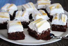 Devil's food cake i langpanne med gyllen marengs