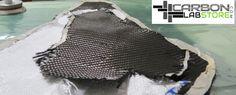 Corte a medida de los tejidos de fibra de carbono para la fabricación se sillín. Para mayor información, visita: www.carbonlabstore.com
