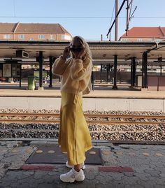 Silk skirt midi long fall look yellow a-line skirt outfit Silk slip bias saffron wear street style looks Silk fall trends long women skirt in 2020 Bad Fashion, Fashion Killa, Look Fashion, Fashion Beauty, Fashion Outfits, A Line Skirt Outfits, Foto Art, Ootd, Mellow Yellow