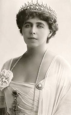 The Romanian Massin Tiara. Queen Marie of Romania, taken about During WWI the Romanian jewels were placed in a Moscow bank for safekeeping. They were subsequently seized by the Bolsheviks, and never seen again. Romanian Royal Family, Lily Elsie, Royal Tiaras, Royal Jewelry, Queen Mary, Kaiser, Crown Jewels, Queen Victoria, Belle Epoque