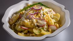 Letní bramborový salát | foto: Josef Kubát Pasta Salad, Ethnic Recipes, Food, Crab Pasta Salad, Essen, Meals, Yemek, Eten